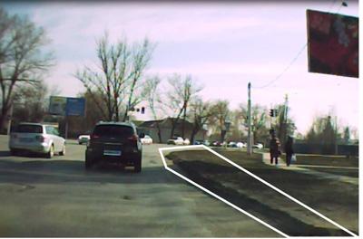 Срезав часть бордюра, можно расширить дорогу для двух полос движения на самом перекрестке