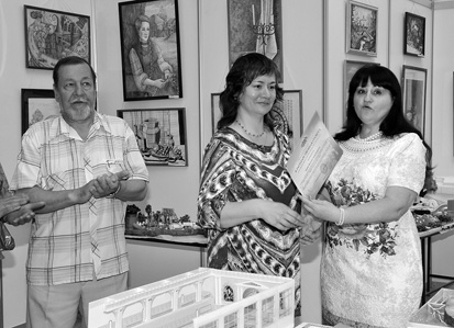 "завкафедрой ""АДиГ"" Е.А. Лазарева вручает грамоту Н.А. Ермак; рисунок Максима Сидорова."